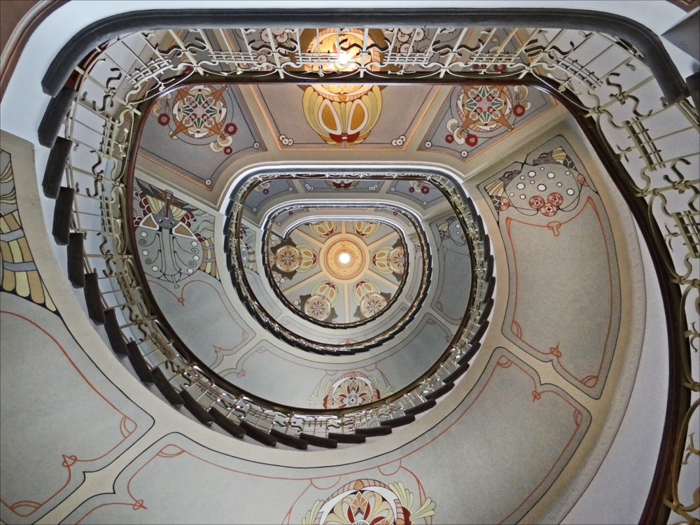 Art Nouveau staircase - Flickr-Jean-Pierre DalbÇra